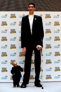 Der größte und der kleinste Mensch neben einander