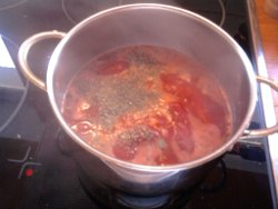 Kräuter in die Tomatensoße