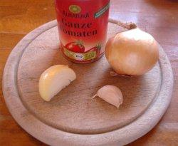 Zutaten für die Tomatensoße der Pizza