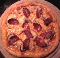 Zu meinen Leibspeisen gehört: Scharfe Pizza mit Pilzen und Salami