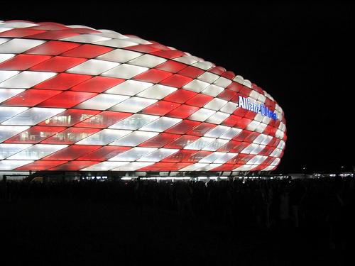 Stadion des FC Bayern München bei Nacht von Färdder auf Flickr.com