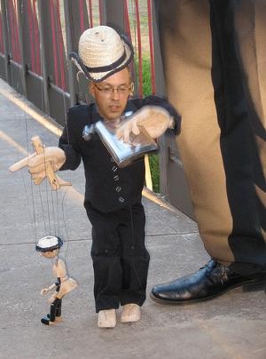 Jörg Asmussen nur eine Marionette die andere Marionetten steuert? Zieht jemand die Fäden und wenn ja wer?