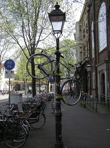 Fahrrad / Bike parken an der Laterne in Amsterdam by dutchamsterdam.nl