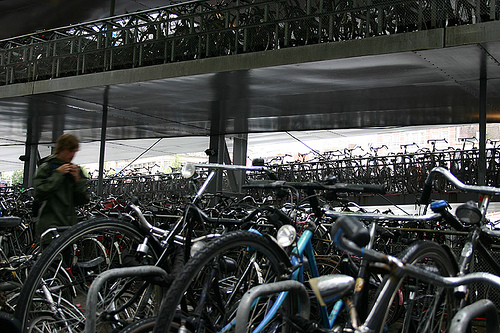 Fahrrad / Bike parken in Amsterdam an der Central Station by yvestown