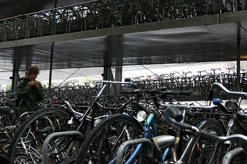 Fahrrad / Bike parken in Amsterdam an der Central Station by yvestown