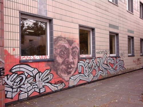 Graffito an einem Gebäude der Ernst-Reuter-Schule II in Frankfurt am Main im Ganzen