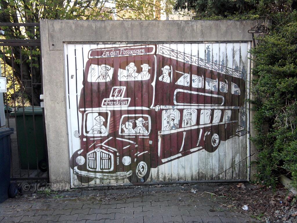 """Graffito """"Bus nach Praunheim"""" von den Witterungseinflüssen schon etwas angekratzt."""
