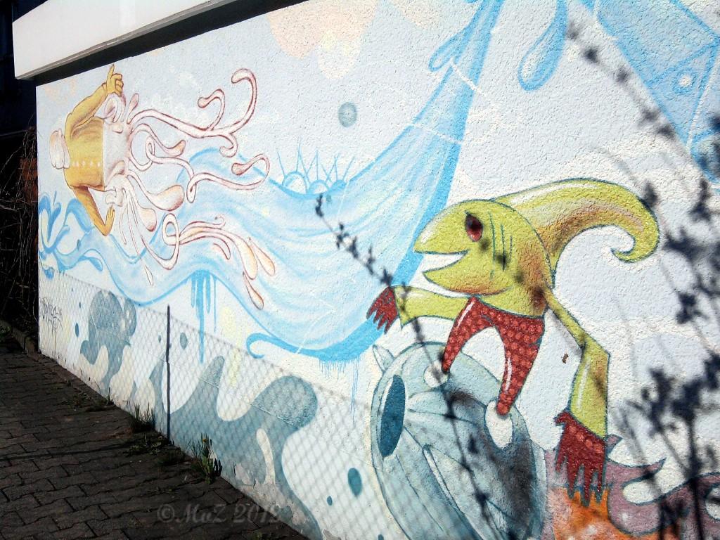 Wie viele der Garagen-Graffiti ist dieses Graffito ein echtes Kunstwerk. Ich nenne es Unterwasserwelt