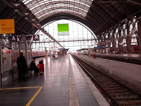 Bahnhof: menschenleer