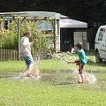 Bild: Wasserspiele in Pfützen
