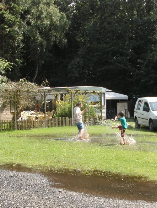 Wasserspiele in Pfützen