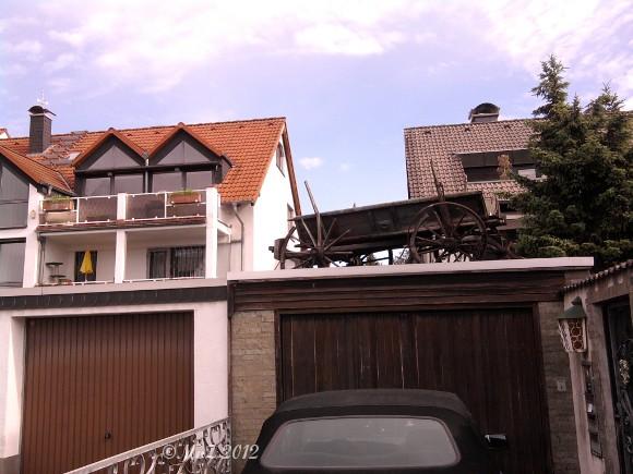 Damals, 1929 verfuhr sich der Fugger Jan B. aus F.-P. und landete auf dem Dach seiner Scheune. Seine Erben, nutzen die Scheune heute als Garage und finden diese trotz Navi.
