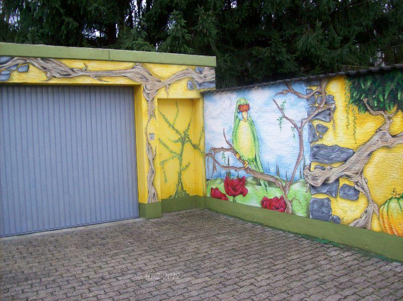 Graffito an der Gartenmauer und um die Garage herum