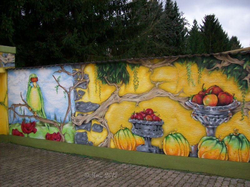 Graffito auf einer Gartenmauer zum Nachbargrundstück