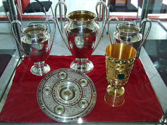 Jeder will auch mal, den Champions League Pokal.