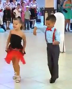 Tanzende Kinder mit viel Talent (Screenshot vom Video)