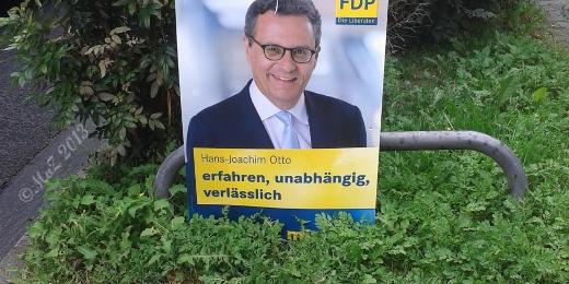 """Bild: Positiv gedacht gelacht über ein """"geschickt"""" aufgehängtes Plakat der FDP"""